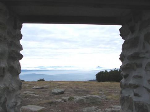 Spod części ołtarzowej na Pilsku, w tle Niskie Tatry oraz stożek Wielkiego Chocza