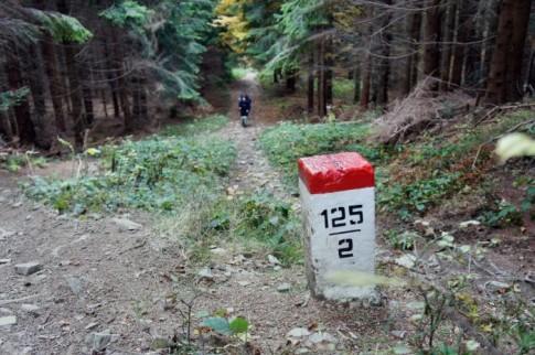 Szlak graniczny pod Jaworzyną (1043 m. n.p.m.) w drodze na Krawców Wierch